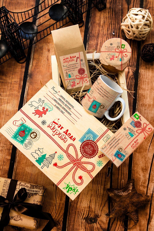 Набор сладостей с Вашим текстом Посылка от Деда МорозаСувениры и упаковка<br>Набор именных сладостей в персональной подарочной коробке, 7 предметов (чай чёрный: 100г, мандариновое варенье: 200г, молочный шоколад с изюмом и орехами: 90г, кружка с Вашим текстом,подарочная коробка с Вашим текстом).<br>