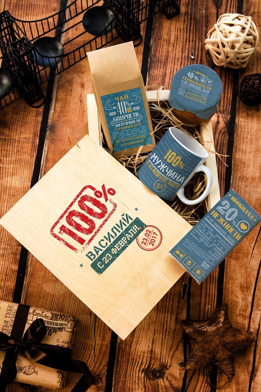 Набор сладостей с Вашим текстом Из чего сделаны мальчишкиПодарки<br>Набор именных сладостей в персональной подарочной коробке, 5 предметов (чай чёрный: 100г, мандариновое варенье: 200г, молочный шоколад с изюмом и орехами: 90г, кружка с Вашим текстом, подарочная коробка с Вашим текстом).<br>