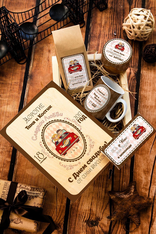 Набор сладостей с Вашим текстом Свадебная коробкаСувениры и упаковка<br>Набор именных сладостей в персональной подарочной коробке, 5 предметов (чай чёрный: 100г, мандариновое варенье: 200г, молочный шоколад с изюмом и орехами: 90г, кружка с Вашим текстом, подарочная коробка с Вашим текстом).<br>