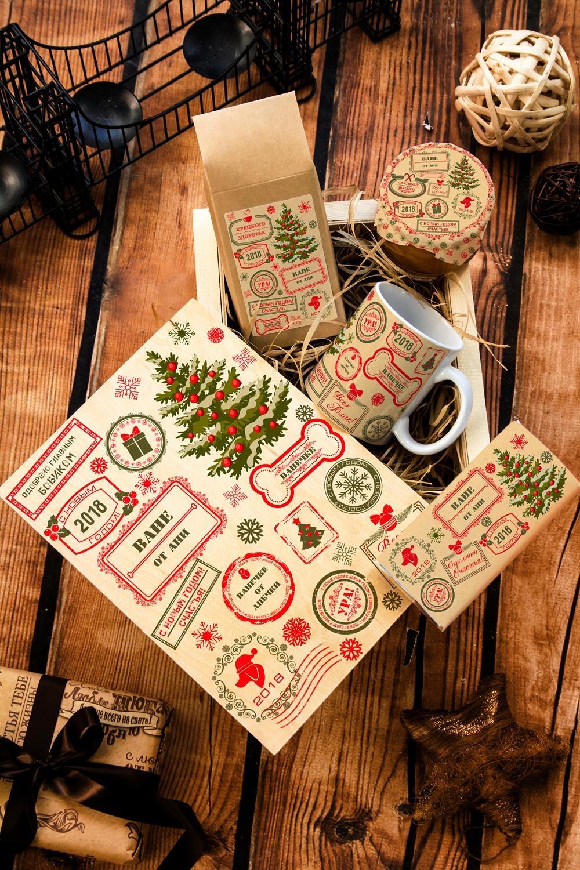 Набор сладостей с Вашим текстом Новогодние штампыПодарки<br>Набор именных сладостей в персональной подарочной коробке, 5 предметов (чай чёрный: 100г, мандариновое варенье: 200г, молочный шоколад с изюмом и орехами: 90г, кружка с Вашим текстом, подарочная коробка с Вашим текстом).<br>