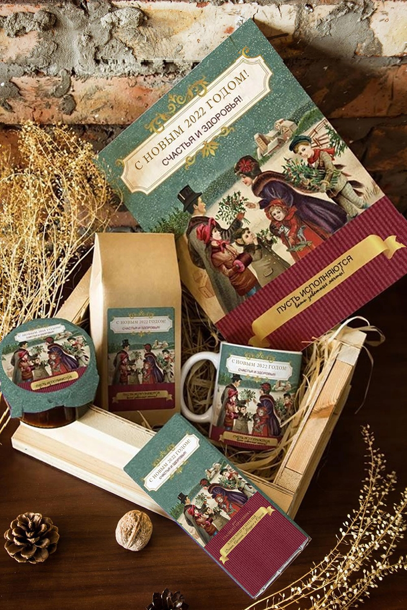 Набор сладостей с Вашим текстом Семеи?ныи? праздникПодарочные наборы<br>Набор именных сладостей в персональной подарочной коробке, 5 предметов (чай чёрный: 100г, Имбирное варенье: 200г, молочный шоколад с изюмом и орехами: 90г, кружка с Вашим текстом, подарочная коробка с Вашим текстом).<br>