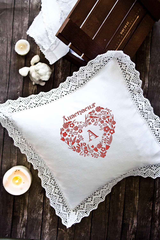 Наволочка декоративная с именной вышивкой Кружевное сердцеДекоративные подушки<br>Наволочка с кружевом, 34*34см, текстиль, белый, с именной вышивкой. Состав:100% хлопок<br>