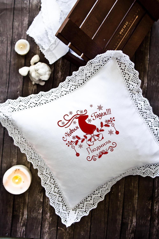 Наволочка декоративная с именной вышивкой Ажурный оленьДекоративные подушки<br>Наволочка с кружевом, 34*34см, текстиль, белый, с именной вышивкой. Состав:100% хлопок<br>
