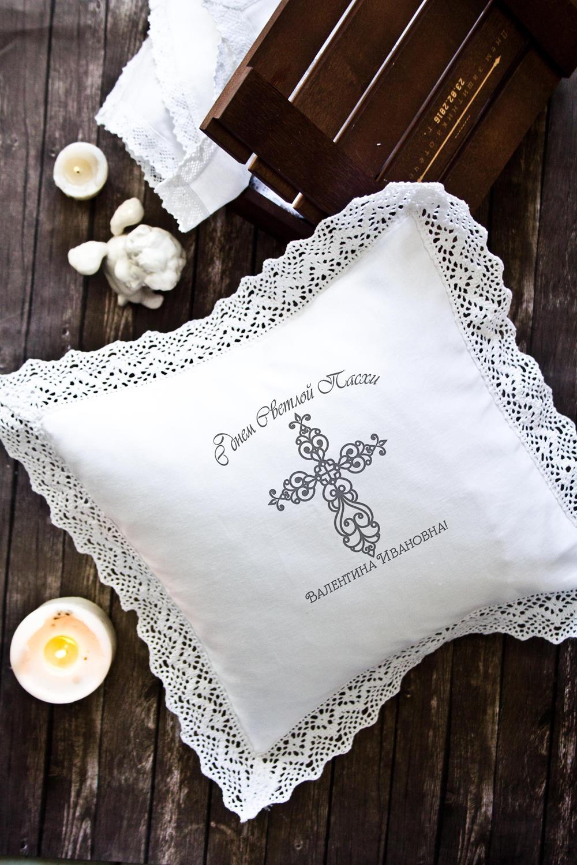 Наволочка декоративная с именной вышивкой Ажурный крестИнтерьер<br>Наволочка с кружевом, 34*34см, текстиль, белый, с именной вышивкой. Состав:100% хлопок<br>
